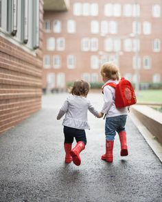 Looking for some Sibling Relationships advice? Popular Boston mommy blogger Elisabeth McKnight shares what works for her toddlers. Click here now to read!