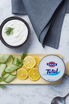 Kreiere einen Tzatziki-Dip inspiriert durch FAGE Total, Gurken, Zitronen und frische Kräuter.