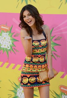 Victoria Justice working the red carpet and looking gorgeous in this fun dress! #2013 Nickolodeon Kids Choice Awards