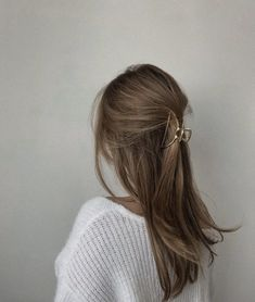 Clip Hairstyles, Pretty Hairstyles, Hairstyles For Thick Hair, Hair Inspo, Hair Inspiration, Locks, Cut Her Hair, Hair Claw, Aesthetic Hair