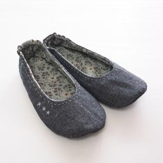 DIY Fabric Slippers Sewing Idea 2019 Easy Sewing Slipper for Home. Tutorial with a pattern. Upcycle fabric denim The post DIY Fabric Slippers Sewing Idea 2019 appeared first on Denim Diy. Sewing Slippers, Felted Slippers, Leather Slippers, Minimalist Shoes, Denim Shoes, Shoe Pattern, Easy Sewing Patterns, Fabric Shoes, Sewing For Beginners