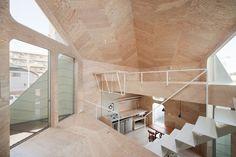 Construido por FLAT HOUSE en Tokyo, Japan con fecha 2010. Imagenes por Takumi Ota. La huella de esta casa, incluyendo la tienda de galletas que es parte de la casa, es sólo de 26m2. Toda la casa está ...