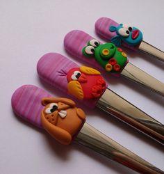 Zvířátka..:)Příbor+dětský+Dětský+příbor+s+růžovo-fialovými+držátky+a+zvířátky+ +Cena+je+za+1+dětský+příbor(vidlička,+nůž,+polévková+lžíce,+čajová+lžička)! Clay Art For Kids, Clay Mugs, Plasticine, Fimo Clay, Cold Porcelain, Spoons, Utensils, Jewelry Art, Biscuit