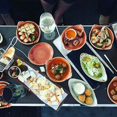 Join us for happy hour right now in El Tapeo! #happyhour #eltapeo #lemeridien #destinationunlocked #tapas #wine #bar #lounge #spanishtapas #foodie #chicago #oakbrook #chicagofoodie #cheers