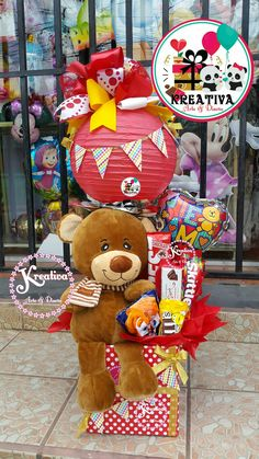 Arreglo san valentón peluche #5 Valentines Day Baskets, Valentines For Kids, Valentine Day Gifts, Balloon Centerpieces, Balloon Decorations, Diy Birthday, Birthday Gifts, Valentine's Day Gift Baskets, Teddy Bear Gifts