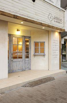 【amie by afloat 外装】南フランス風のサロン。ドアのブルーがポイントです。 Design Exterior, Facade Design, Interior And Exterior, Cafe Interior, Shop Interior Design, Retail Design, Cafe Restaurant, Restaurant Design, Bar Deco