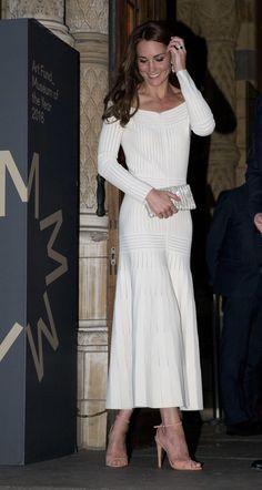 Un vestido sencillo cuyo precio es de 1580 libras, cerca de 2000 euros, y que ya se ha agotado. La duquesa combinó el vestido con unas sandalias de tacón en color salmón y un clutch de pedrería en blanco.