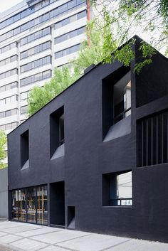 troquer fashion house in mexico city by zeller & moye Black Architecture, Architecture Design, Facade Design, Contemporary Architecture, Exterior Design, Architecture Journal, Black Exterior, Black Building, Building Facade