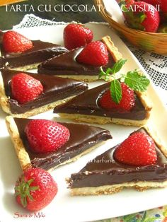 Tarta-cu-ciocolata-si-capsuni-1 My Recipes, Dessert Recipes, Cooking Recipes, Desserts, Gastro, Romanian Food, Something Sweet, Sweet Tooth, Sweet Treats