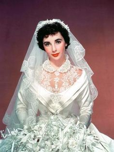 Elizabeth Taylor In 'Father of The Bride', 1950 - Helen Rose designed this wedding gown & other the costumes for the film. Movie Wedding Dresses, Wedding Movies, Wedding Gowns, Wedding Hair, Dream Wedding, Elizabeth Taylor Movies, Vintage Wedding Photos, Wedding Pictures, Girl Celebrities