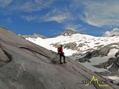 Bergsteiger auf gletschergeschliffenen Gestein, dahinter der Turnerkamp
