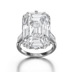 La bague diamant de Golconda (19.51 carats) monté sur platine. Chez Lee Siegelson. http://www.vogue.fr/joaillerie/le-bijou-du-jour/diaporama/le-collier-cartier-vintage-emeraudes-gravees-1925-de-siegelson-au-salon-masterpiece-2014/19301#la-bague-diamant-de-golconda-19-51-carats-monte-sur-platine-chez-lee-siegelson