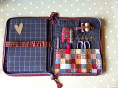 Find a binder and make an embroidery kit. Sewing Caddy, Sewing Box, Love Sewing, Sewing Notions, Sewing Class, Small Sewing Projects, Sewing Hacks, Needle Book, Fabric Wallet