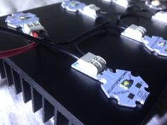 Detalhe da entrada do fio positivo e o fio negativo na luminária CREE.