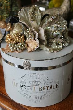 Pretty hatbox, all decked out for Christmas~❥