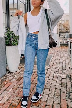 Mom Jeans Style, Black Mom Jeans, Ripped Mom Jeans, 90s Jeans, Cute Jeans, Wide Leg Jeans, Mom Jeans Outfit Summer, Jeans Outfit Winter, Outfits With Mom Jeans
