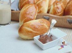 Pains au lait extra moelleux -Yumelise - recettes de cuisine Croissants, Basic Cake, Mini Burgers, Desi Food, Cooking Chef, Happy Foods, Mini Desserts, Vegan Sweets, Sweet Recipes