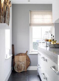 Mooie witte keuken met grijze muur