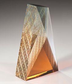 【深淵な美の世界】ガラスに金箔を閉じ込める唯一無二の手法。截金(きりかね)作家・山本茜の作品