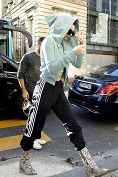 Il y a des jours comme ça. C'est difficile de se séparer de son pyjama. Certaines stars ont réussi à sublimer leur survêt': du losewear au workwear, il n'y a qu'un pas. Focus: Kendall Jenner avec son jogging rentré dans des boots en python.