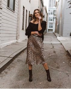 How cool looks this stylish slip dress leopard print with coat trench and black boots. You must have this look in your wardrobe this spring 2019 Jupe Midi Leopard, Leopard Skirt Outfit, Slip Dress Outfit, Midi Skirt Outfit, Winter Skirt Outfit, Casual Winter Outfits, Fall Outfits, Fashion Week, Look Fashion