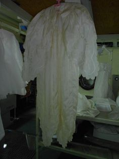 el Ropón más longevo en Specialty Cleaners 95 años,todo en seda, de bisabuela a bisnieta ambas vivirán este momento. ¡