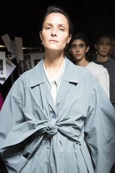 Lemaire Spring 2019 Fashion Show Backstage. All the Spring 2019 fashion shows from Paris Fashion Week in one place. Daily Fashion, Love Fashion, Fashion Models, Fashion Show, Milan Fashion Weeks, Paris Fashion, Autumn Winter Fashion, Spring Fashion, Paris Girl