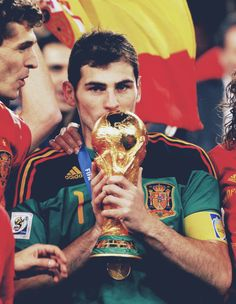 Iker Casillas with the FIFA Football World Championship Cup. Best Football Players, Good Soccer Players, Football Is Life, World Football, Sport Football, Fifa Football, Soccer Stars, Soccer Boys, Iker Casillas