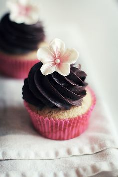 chai flavoured cupcakes decorated with a delicate flower