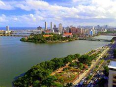 À direita, o Rio Capibaribe, que vem do Recife e encontra abaixo com o Rio Beberibe (vindo de Olinda) para subirem à esquerda indo formar o Oceano Atlântico. - Recife- Pernambuco - Brasil.