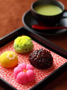 Japanese sweets with green tea , Wagashi 和菓子 Japanese Wagashi, Japanese Cake, Japanese Sweets, Japanese Food, Desserts Japonais, Asian Desserts, Cute Food, Confectionery, Chai