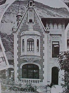 1908 | Botafogo - Rua São Clemente Prédio ocupado atualmente por uma escola e teve os dois diabretes das extremidades , arrancados a alguns anos do telhado, fato que percebi ao passar na época. O JBAN completou abaixo o funcionamento atual, e para ver como está hoje sem as diabólicas esculturas que ali existiam vale olhar em: www.flickr.com/photos/thomazmoore/76427114/