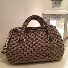 100 Free Crochet Patterns for Men, Women, and Children- Do you like giving DIY gifts for birthdays or Christmas? Save money on your next homemade crochet gift with this ultimate list of free crochet patterns for men, women, and children. Crochet Handbags, Crochet Purses, Free Crochet Bag, Crochet Bags, Diy Crafts Crochet, Handbag Storage, Diy Tote Bag, Straw Handbags, Bead Embroidery Jewelry