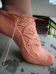 носки спицами с узором от центра. Grun ist die Hoffnung by Stephanie van der Linden. Loom Knitting, Knitting Socks, Knitting Stitches, Hand Knitting, Knitting Needles, Knitted Slippers, Slipper Socks, Crochet Ripple, Crochet Yarn