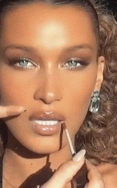 bronze makeup the allure of glamour theallureofglamour bella hadid bronzed goddess. 90s Makeup, Models Makeup, Skin Makeup, Prom Makeup, Beauty Make-up, Glamour Beauty, Hair Beauty, Allure Beauty, Glamour Makeup