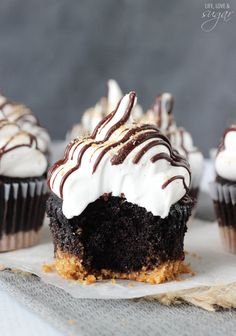 These S'mores Cupcakes are to die for! Super moist chocolate cupcakes with a graham cracker crust, topped with a super light and airy marshmallow frosting! No Bake Desserts, Just Desserts, Delicious Desserts, Yummy Food, Cupcake Recipes, Baking Recipes, Dessert Recipes, Cupcake Ideas, Mini Cakes