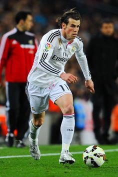 Gareth Bale of Real Madrid CF runs with the ball during the La Liga match Between FC Barcelona and Real Madrid CF at Camp Nou on March 22, 2015 in Barcelona, Catalonia.