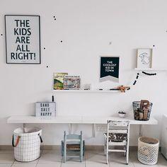 Zona de estudio pared habitación niñas. Blcak and White Playroom