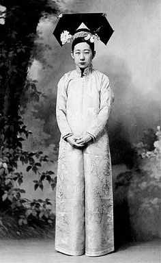 China ~ Portrait of a Manchurian Noblewoman in the This is believed to be the sister of the last Emperor, Puyi. Historical Costume, Historical Photos, Beijing, Old Photos, Vintage Photos, Vintage Photographs, Empress Dowager Cixi, Chinese Emperor, Last Emperor