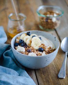 Myslíte si, že granola a biely jogurt je raňajková kombinácia iba letných horúcich dní? Tak si skúste nasypať do vašej obľúbenej raňajkovej misky Gabby´s granolu s neodolateľnou vôňou a chuťou banánov a kvalitnej horkej belgickej čokolády. Pridajte biely jogurt, zalejte troškou kvalitného medu, posypte mletou škoricou.  Ručná výroba. Sladené medom. Bez umelých farbív. Bez konzervantov. Bez umelej arómy. Dostupné aj ako bezlepková. Slovenský produkt. Granola, Cereal, Breakfast, Food, Morning Coffee, Essen, Meals, Yemek, Muesli