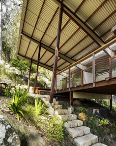 Difficult but not impossible. the house is about being able to live inside and outside under one shelter, under one big skillion roof. Pole House, Butterfly Roof, Jungle House, Hillside House, Fibreglass Roof, Modern Roofing, Roof Architecture, Shed Homes, Le Havre