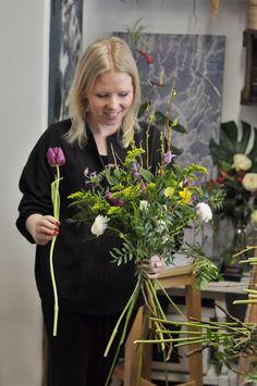 Zalíbila se vám práce s květinami a přemýšlíte, jaké by bylo se květinovou prací živit? Chtěli byste si otevřít vlastní květinářství, ale nevíte, jestli je to ta správná cesta pro vás? Zaujala vás floristika, ale neumíte si představit, co všechno taková práce obnáší? Chcete získat lepší vhled do tohoto krásného řemesla? Pak je tento kurz přesně pro vás. Wreaths, Home Decor, Decoration Home, Door Wreaths, Room Decor, Deco Mesh Wreaths, Home Interior Design, Floral Arrangements, Garlands