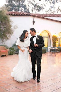 Sposi con bellissimi accessori invernali  - The Knot Blog