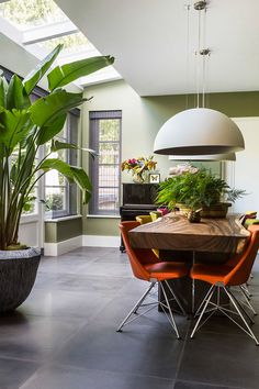 Modern farmhouse Dining Table Decor Inpirations - Page 49 of 67 Interior Tropical, Tropical Home Decor, Modern Tropical, Tropical Colors, Tropical Plants, Estilo Interior, Luxury Interior, Farmhouse Dining Room Table, Dining Table