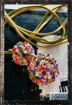Doble Bolonchel - Tupis multicolores de cristal Swarovski en dos medidas. Se entrega con doble cordón de colores a juego con el colgante. Los engarces de las bolas y el cierre del cordón son de plata. Beading, Pearls, Jewelry, Chokers, Balls, Exhibitions, Game, Jewerly, Beads