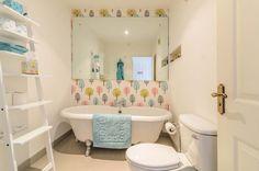 Petite salle de bains d'appartement à la déco joyeuse inspirée par les papiers peints sympa