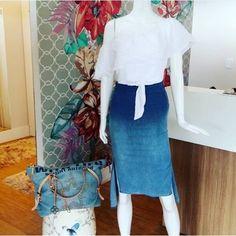 Que tal um look incrível para animar semana?  Nossa escolha para a peça chave de hoje é essa saia maravilhosa, dá uma afinada na silhueta e combina com tudo! O look é da loja @vic.store Demais né? # lookdolojista #Puramania #AltoVerão #HighSummer #Primavera #Spring #ootd #lookdodia #trend #fashion #moda #modafeminina #jeans #denim #bluejeans #saialapis