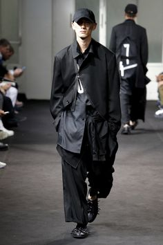 Yohji Yamamoto Spring 2019 Menswear Fashion Show Collection: See the complete Yohji Yamamoto Spring 2019 Menswear collection. Look 11 Yohji Yamamoto, Mens Fashion 2018, Cheap Mens Fashion, Japan Men Fashion, Womens Fashion, Japanese Fashion Designers, Mens Fashion Sweaters, Fashion Hoodies, Fashion Show