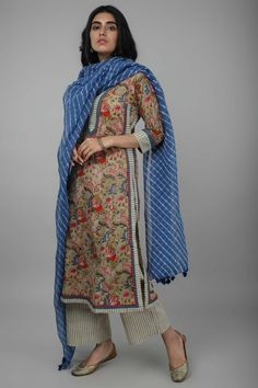 This kurta is styled with a boat neck yoke and has a kalidar straight cut and is matched with a chiffon Pakistani Fashion Casual, Pakistani Dresses Casual, Pakistani Dress Design, Pakistani Kurta Designs, Eid Dresses, Summer Dresses, Indian Attire, Indian Wear, Indian Outfits