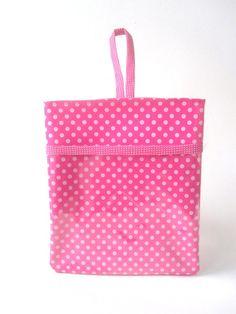 Lixeira para carro em verniz pink e poás. Bonita,prática e fácil de limpar! Tem um bolso frontal para sempre ter a mão o cartão de estacionamento e caneta.  -material externo verniz pink com poá,plástico cristal (bolso),acabamento emviés (bolso e alça) )forrado com emborrachado pink  Medidas  23 x 29                16 cm de altura (bolso) R$ 23,00